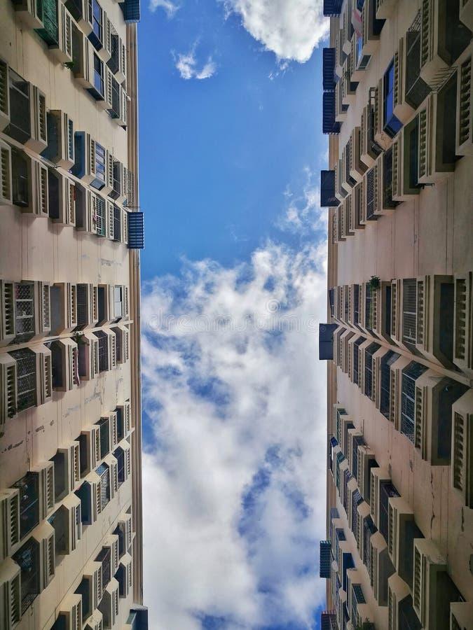 Entre los edificios imagenes de archivo