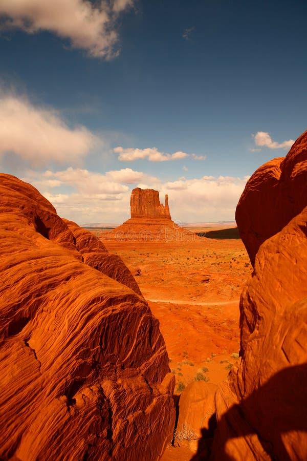 Entre rochas no vale o Arizona do monumento fotos de stock