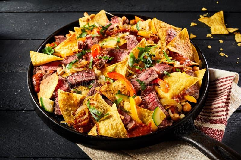 Entrecôte messicano piccante caldo del manzo con i nacho fotografia stock libera da diritti