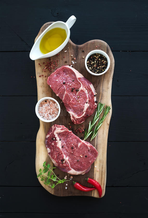Entrecôte crue de bifteck de Ribeye de viande fraîche et photos libres de droits