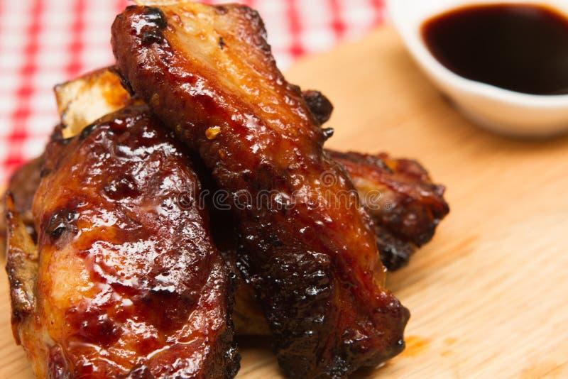 Entrecostos de porco cozinhadas da carne de porco fotos de stock
