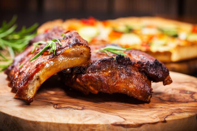 Entrecostos de porco do BBQ com ervas fotos de stock