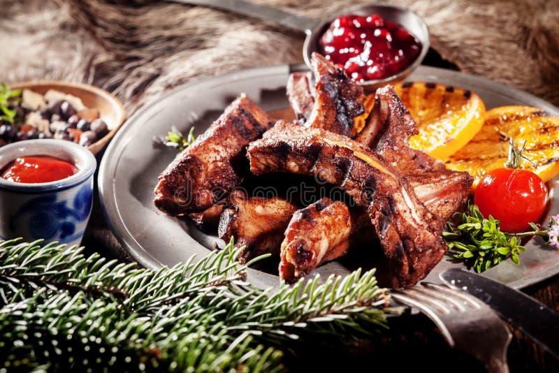 Entrecostos de porco do varrão do BBQ na bandeja com fruto grelhado foto de stock royalty free