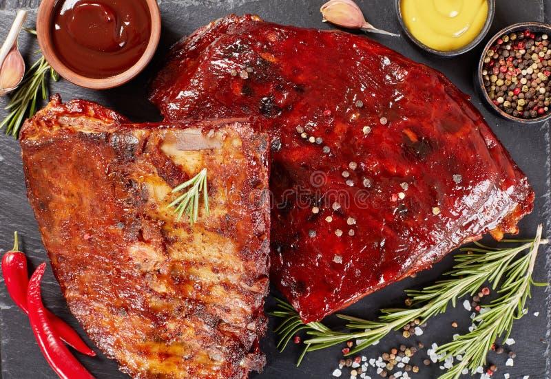 Entrecostos de porco fumado caseiros da carne de porco do assado foto de stock