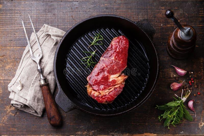 Entrecote do bife de Ribeye na bandeja da grade fotografia de stock royalty free