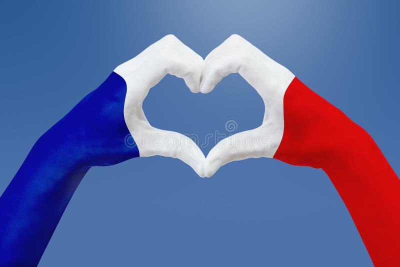 Entrega a bandeira de França, dão forma a um coração Conceito do símbolo do país, no céu azul ilustração stock