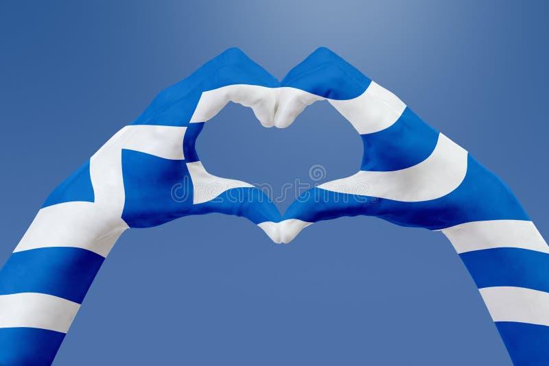 Entrega a bandeira de Grécia, dão forma a um coração Conceito do símbolo do país, no céu azul ilustração do vetor