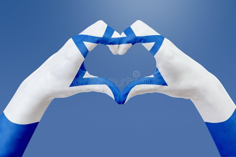 Entrega a bandeira de Israel, dão forma a um coração Conceito do símbolo do país, no céu azul ilustração do vetor