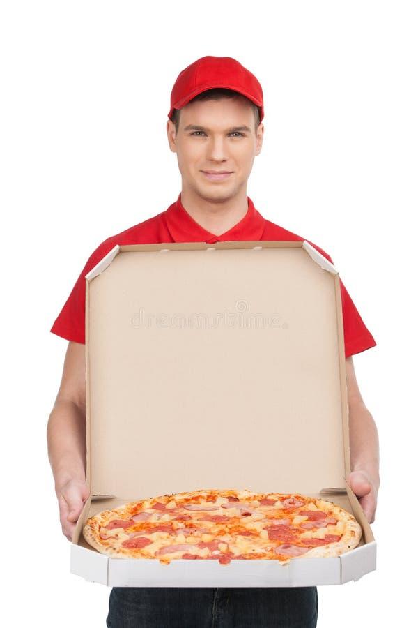 Entrega da pizza. Entregador novo alegre que guarda uma caixa w da pizza imagens de stock