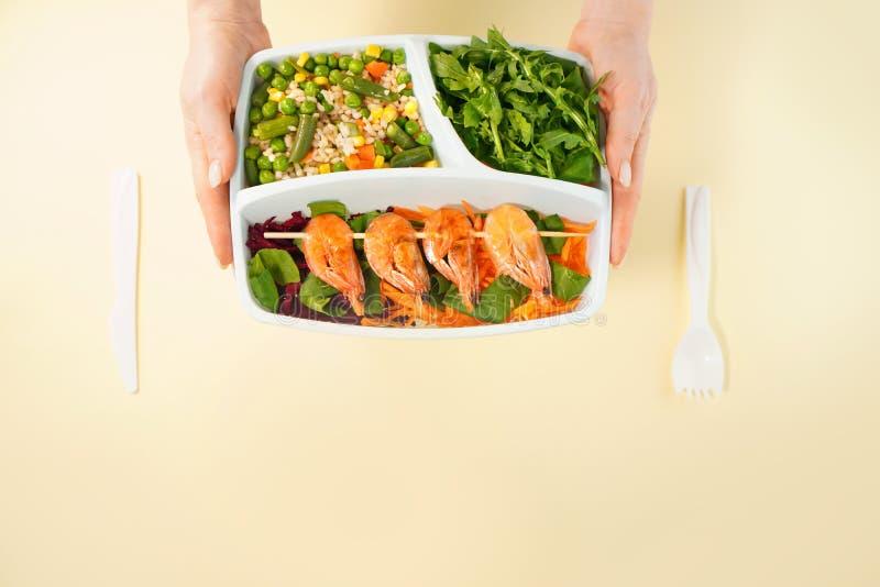 Entrega de alimentos saudáveis em caixas Menu dietas saudáveis imagem de stock royalty free