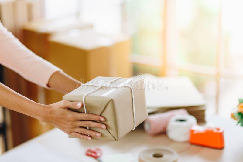 Entrega de manos de la mujer una caja del paquete imagenes de archivo