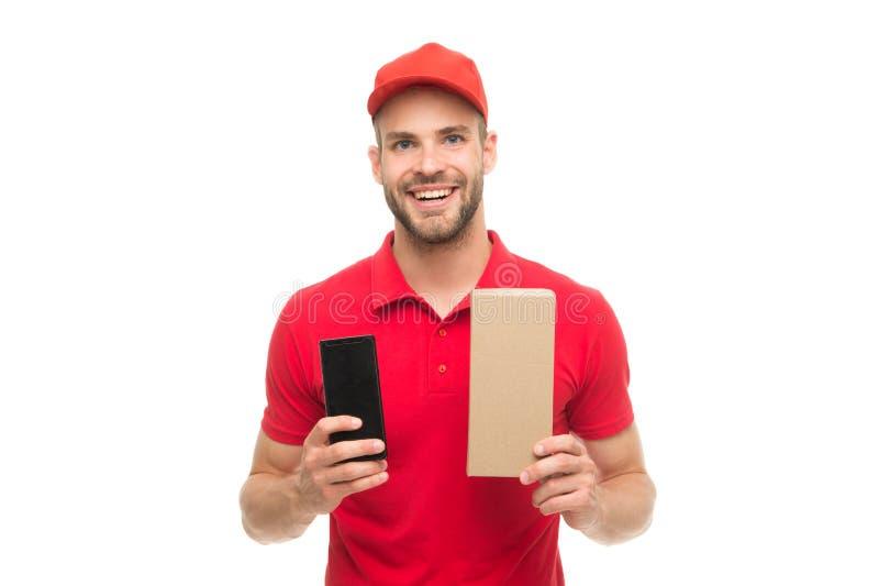 Entrega de su compra Hombre sonriente feliz con el fondo blanco del paquete del poste Regalos para el d?a de fiesta Mensajero Ser fotografía de archivo libre de regalías