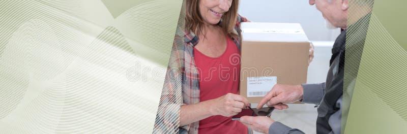 Entrega de um pacote por um entregador; bandeira panorâmico fotografia de stock royalty free