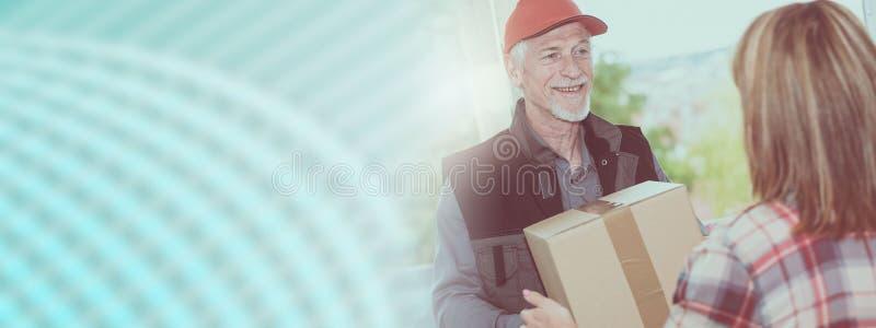 Entrega de un paquete de un repartidor, effet ligero foto de archivo libre de regalías