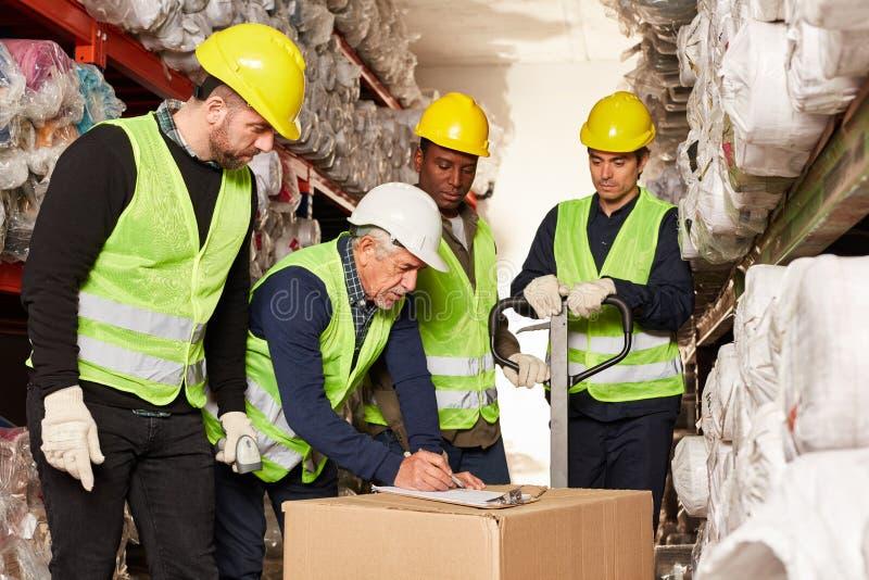 Entrega do controle das máquinas desbastadoras da ordem e dos trabalhadores da logística no armazém imagens de stock royalty free