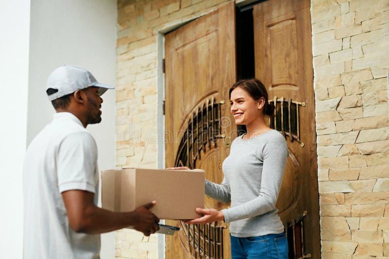 Entrega a domicílio Cliente de Delivering Package To do correio fotos de stock royalty free