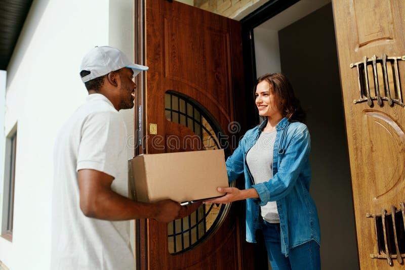 Entrega a domicílio Cliente de Delivering Package To do correio foto de stock