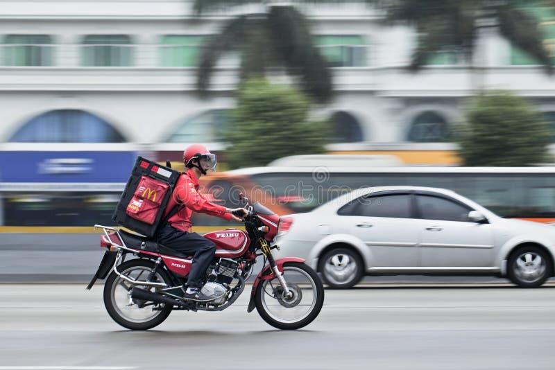 Entrega em uma motocicleta, Guangzhou de McDonald, China foto de stock royalty free