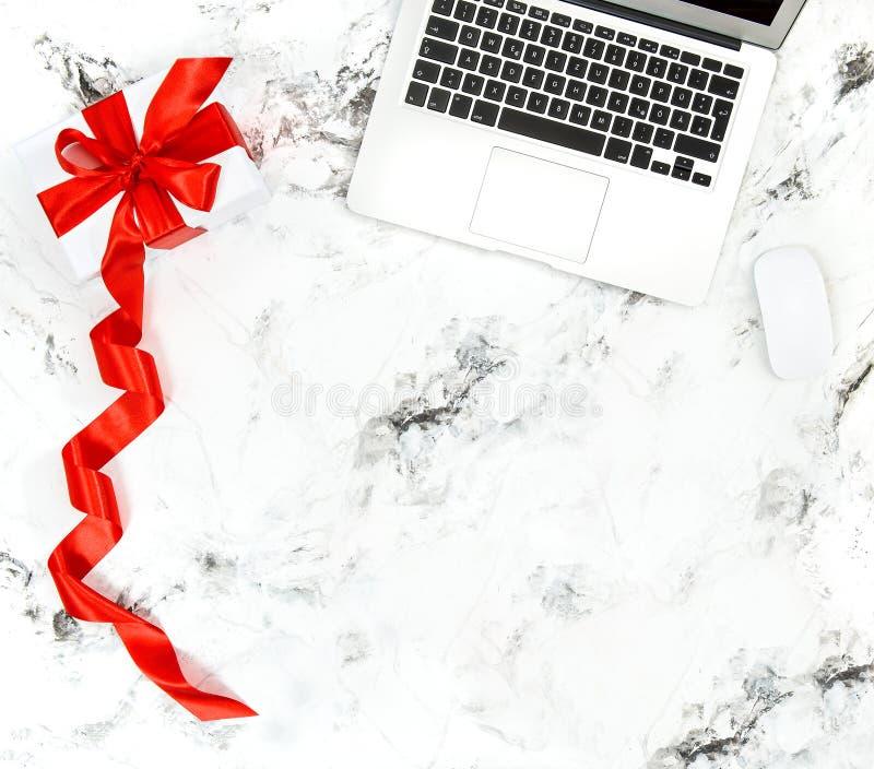 Entrega en línea de las compras del comercio electrónico de la caja de regalo del cuaderno foto de archivo