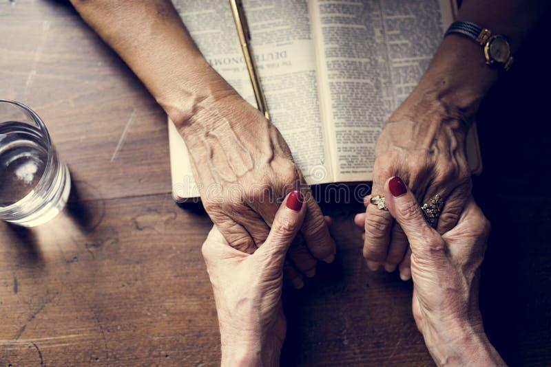 Entrega a fé da oração na religião da cristandade imagem de stock royalty free
