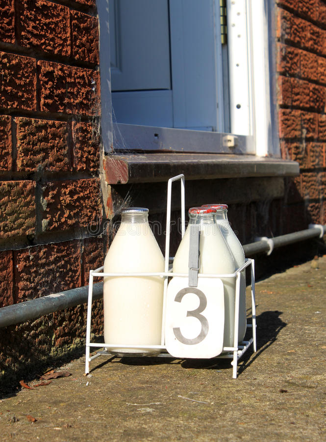 Entrega fresca do leite da entrada diária. imagens de stock