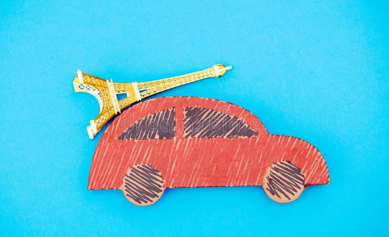 Entrega hecha a mano roja del coche con el recuerdo de la torre Eiffel imagen de archivo