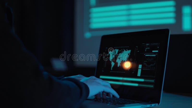 Entrega o portátil de datilografia no escritório moderno imagem de stock royalty free