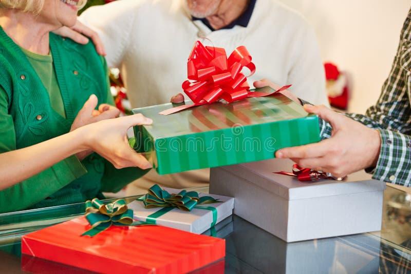 Entrega presentes de oferecimento para o Natal imagens de stock