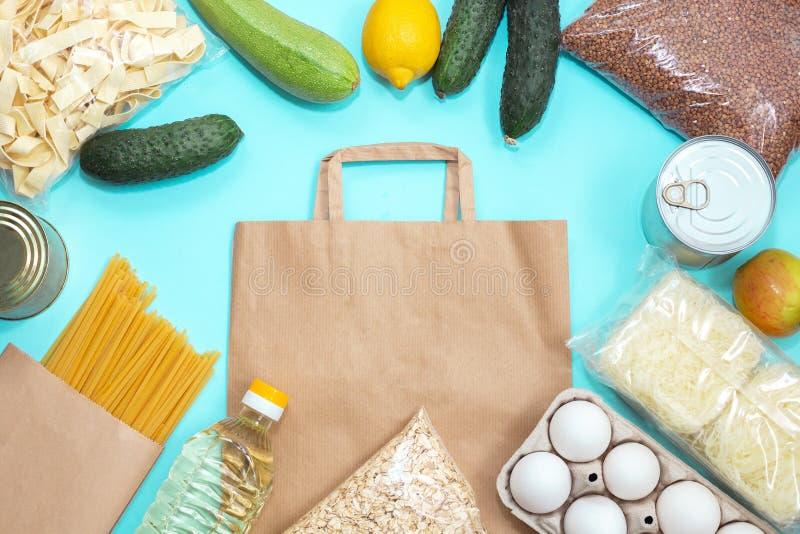 Entrega rápida durante el período de la pandemia Suministros de alimentos en bolsas de papel foto de archivo