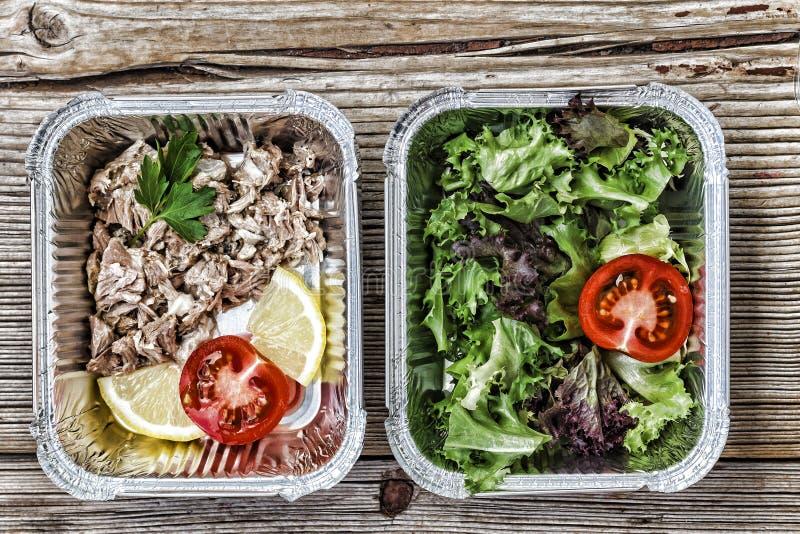 Entrega sana de la comida foil las cajas, coma el concepto correcto, dieta baja orgánica natural del carburador, endecha del plan fotos de archivo libres de regalías