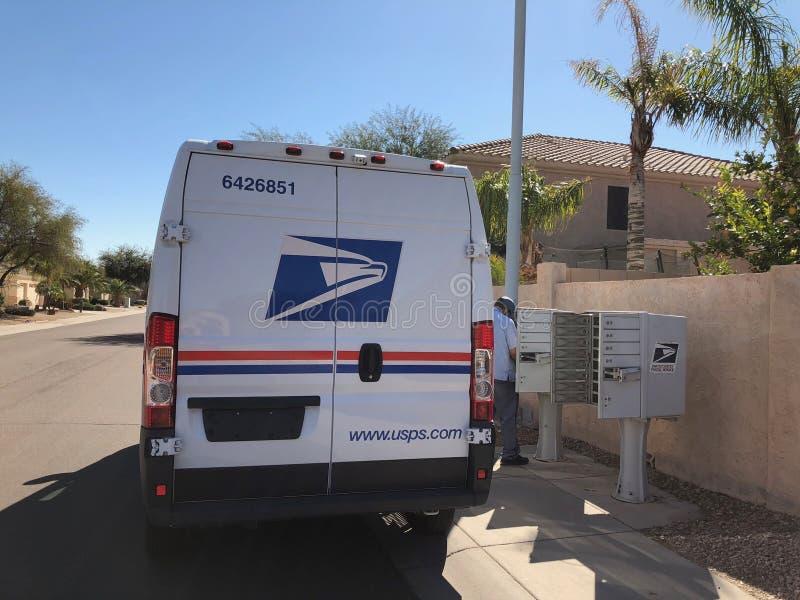 Entrega servicio postal estadounidense Van In Arizona imagenes de archivo