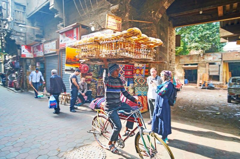 Entrega tradicional do pão no bazar do Cairo, Egito imagem de stock royalty free