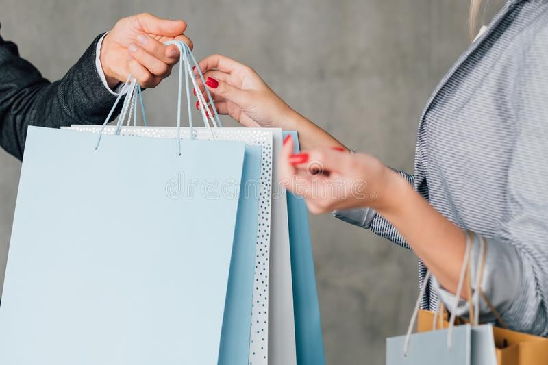 Entrega urbana de compra em linha do correio do estilo de vida fotos de stock