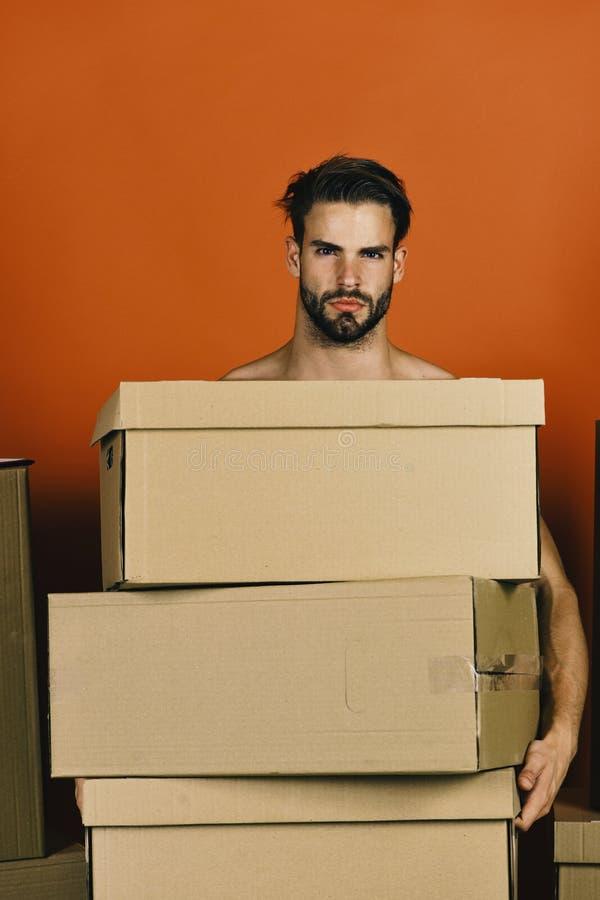Entrega y mudanza en concepto El hombre con intimida sostener la pila de cajas de cartón imagenes de archivo