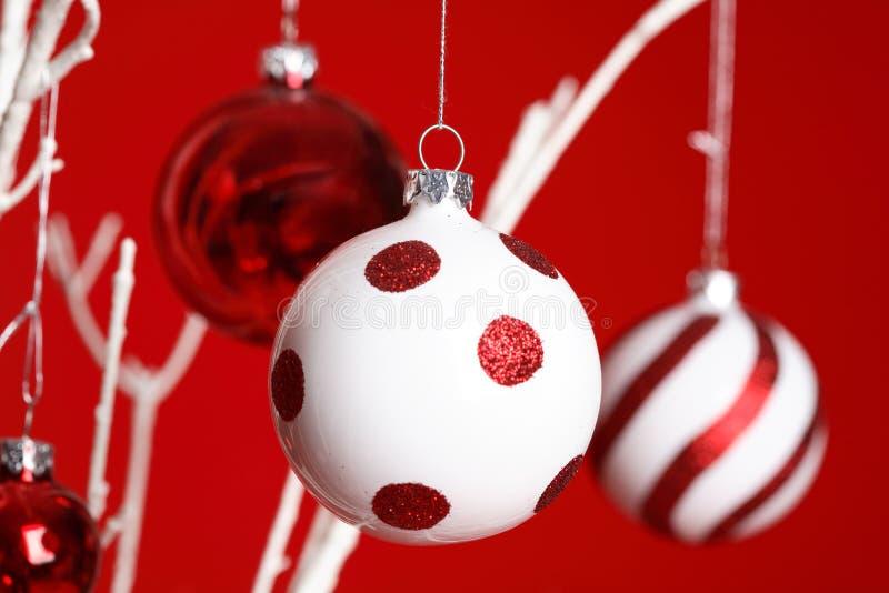 Entregar dos Baubles do Natal imagem de stock
