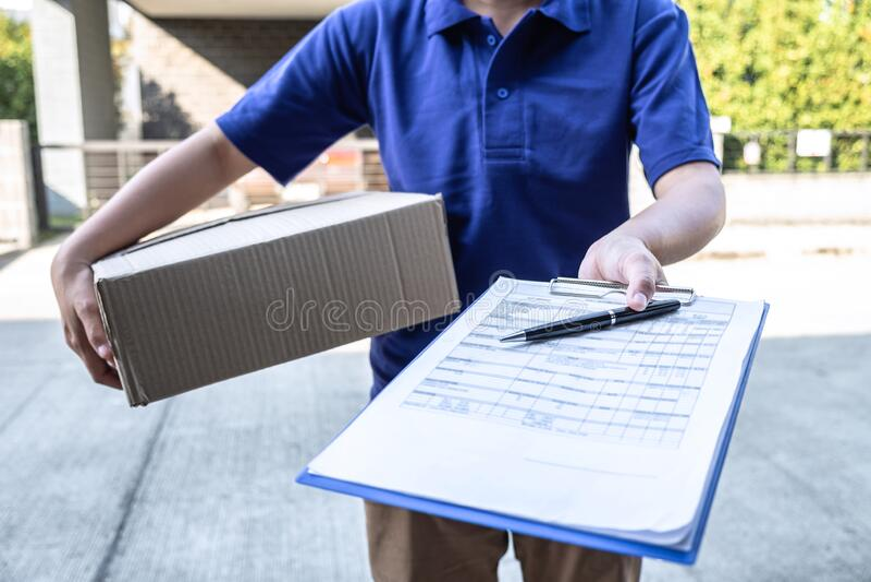 Entregar o pacote de encomendas de caixas e documentos de área de transferência enviados ao cliente em frente da casa fotografia de stock royalty free