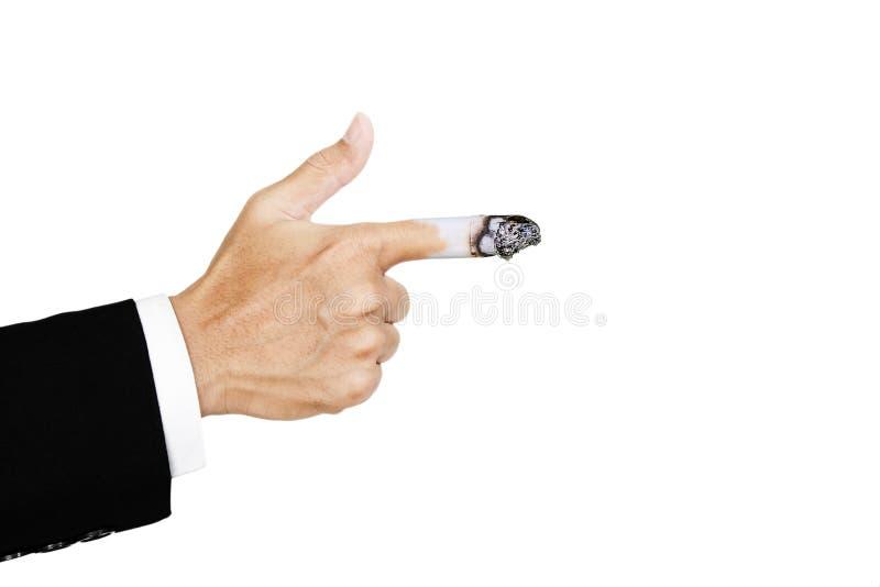 Entregue apontar o dedo com queimam o cigarro no dedo, conceito de prejudicial do cigarro imagens de stock royalty free