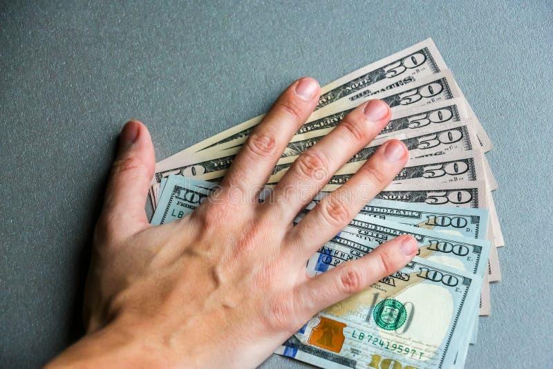 Entregue cientos y cincuenta billetes de banco del dólar fotografía de archivo