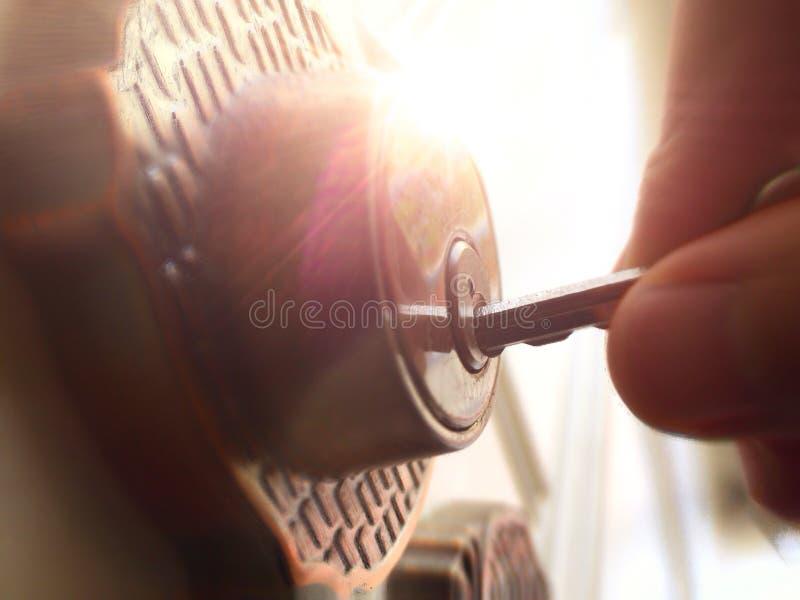 Entregue a colocação da chave na porta dos furos chaves imagem de stock