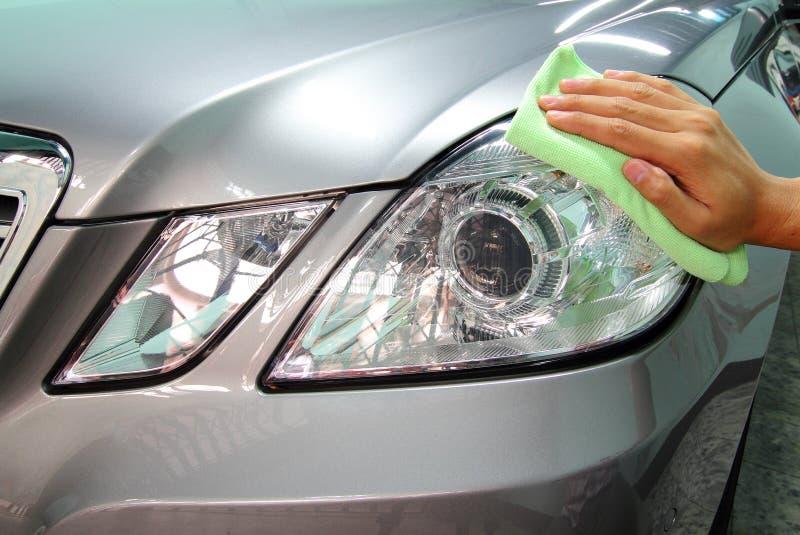 Entregue com um microfiber da limpeza o lustro do carro fotos de stock