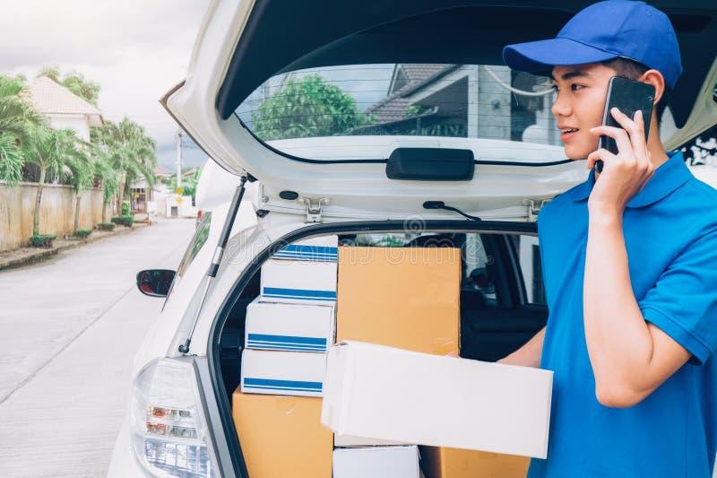 Entregue el servicio, el correo y el concepto logístico fotos de archivo