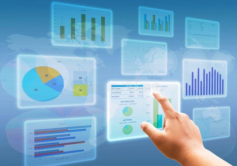 Entregue a empurrão em diagramas de carta da relação do tela táctil e em símbolos financeiros do negócio fotografia de stock