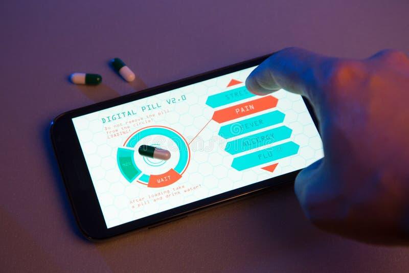 Entregue a escolha do tipo do comprimido no dispositivo da alto-tecnologia, medicina futurista fotografia de stock royalty free