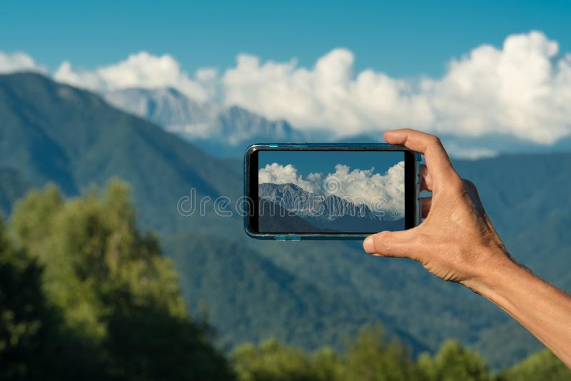 Entregue a fatura da foto com o close up da câmera do smartphone, mãos do turista da vista usando o telefone do dispositivo no cu foto de stock royalty free