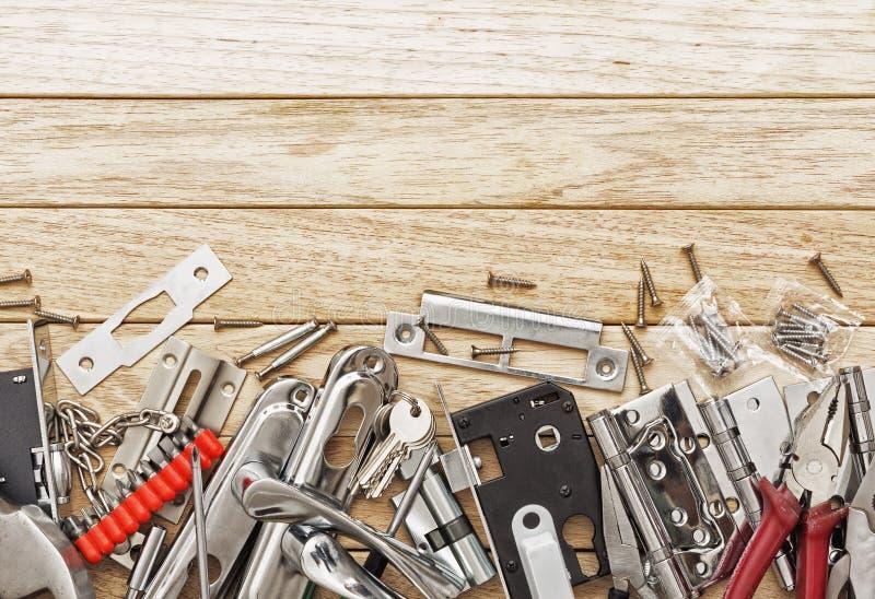 Entregue ferramentas e entalhar um encaixe no fechamento fotos de stock royalty free