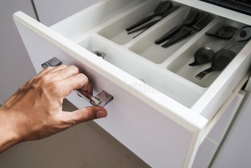 Entregue a gaveta na cozinha, foco seletivo da abertura fotos de stock royalty free