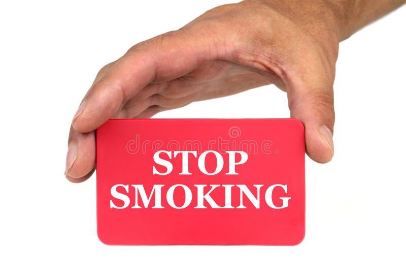 Entregue guardar e mostrar um cartão vermelho com texto de FUMO da PARADA foto de stock