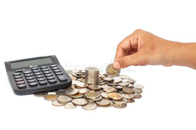 Entregue guardar a moeda com a calculadora isolada no fundo branco foto de stock