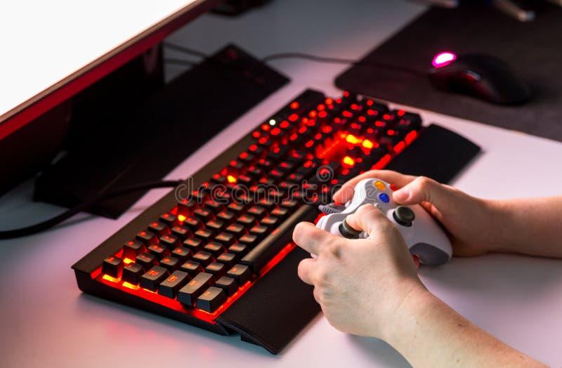 Entregue guardar o controlador de console do jogo que joga o jogo na exposição fotos de stock royalty free