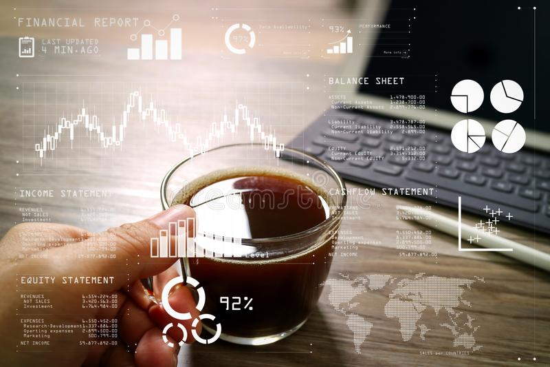 Entregue guardar o copo de café ou o chá e da tabela de Digitas doca keyb esperto imagem de stock royalty free